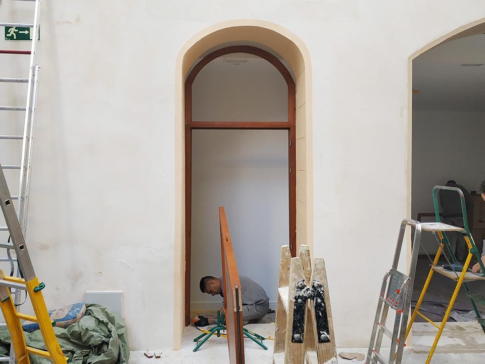 Montaje de nueva puerta en hotel en Palma de Mallorca