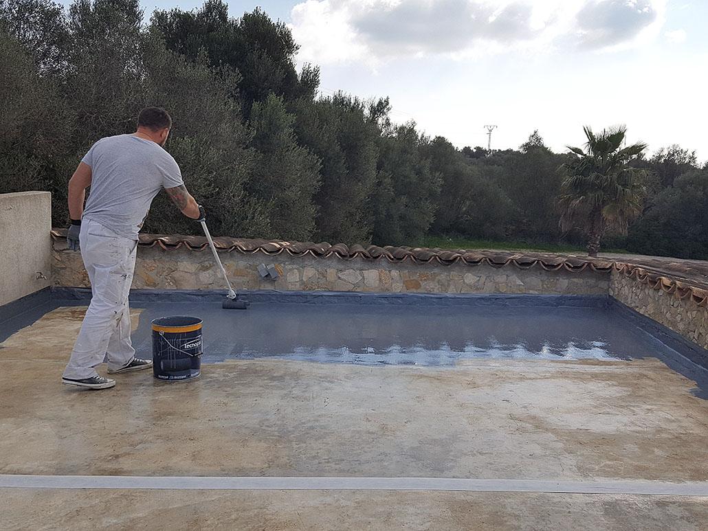 Aplicación de sellador en terraza en Son Servera, Mallorca