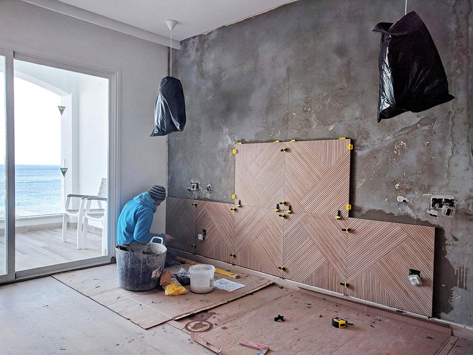 Colocación de cabeceros de gres en habitaciones de hotel en Cala Murada Mallorca