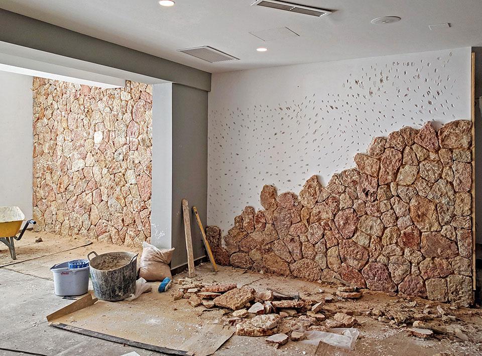 Colocación de piedra decorativa en la zona de recepción de hotel en Cala Murada Mallorca