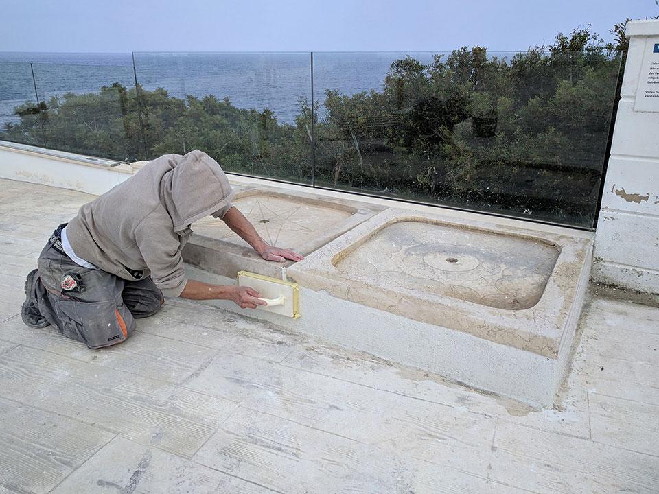 Construcción de una ducha de piscina con plato de ducha de piedra natural en hotel en Cala Murada Mallorca