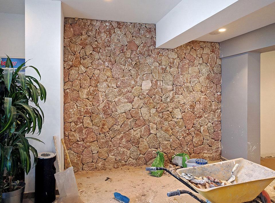 Revestimiento decorativo de piedra en paredes interiores de hotel en Cala Murada Mallorca